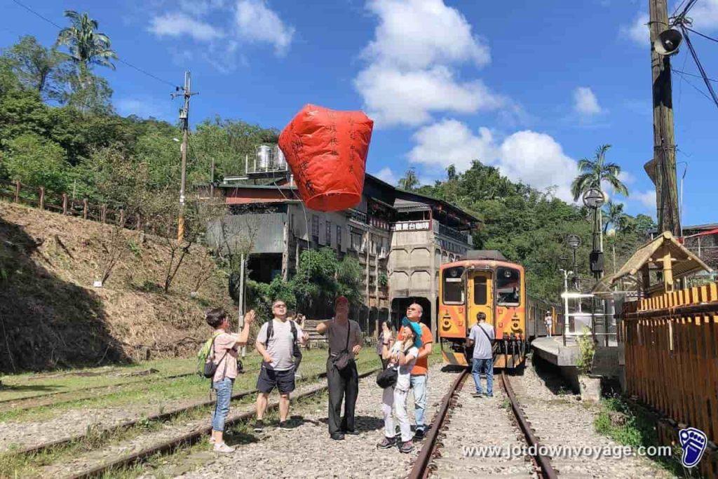 「菁桐車站」放天燈:台鐵TRA平溪線終點站、降煤櫃建築遺址