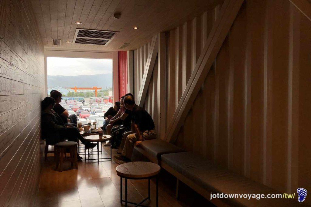 貨櫃星巴克內部特色座位區、飄洋過海貨櫃屋們的故事