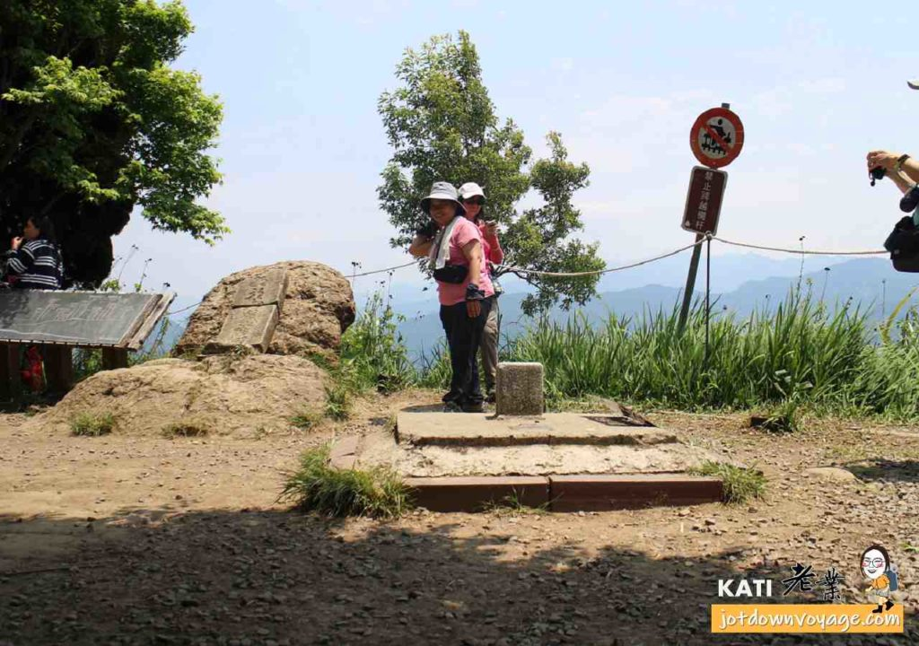 馬那邦山山頂-三角點、紀念碑