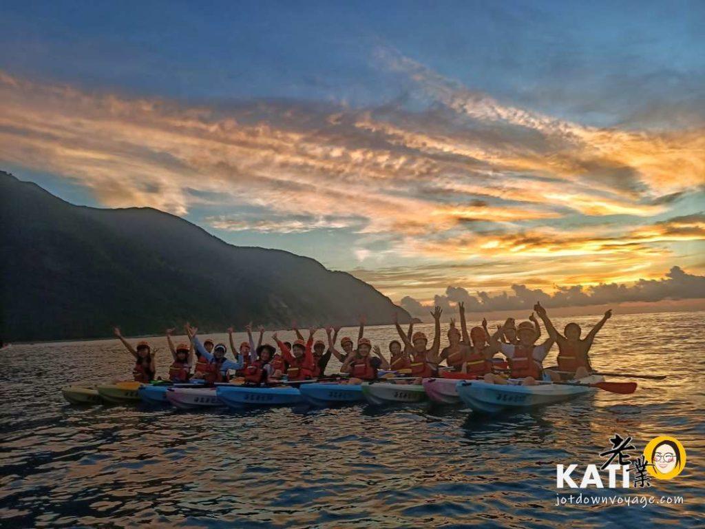 划獨木舟在海上看日出