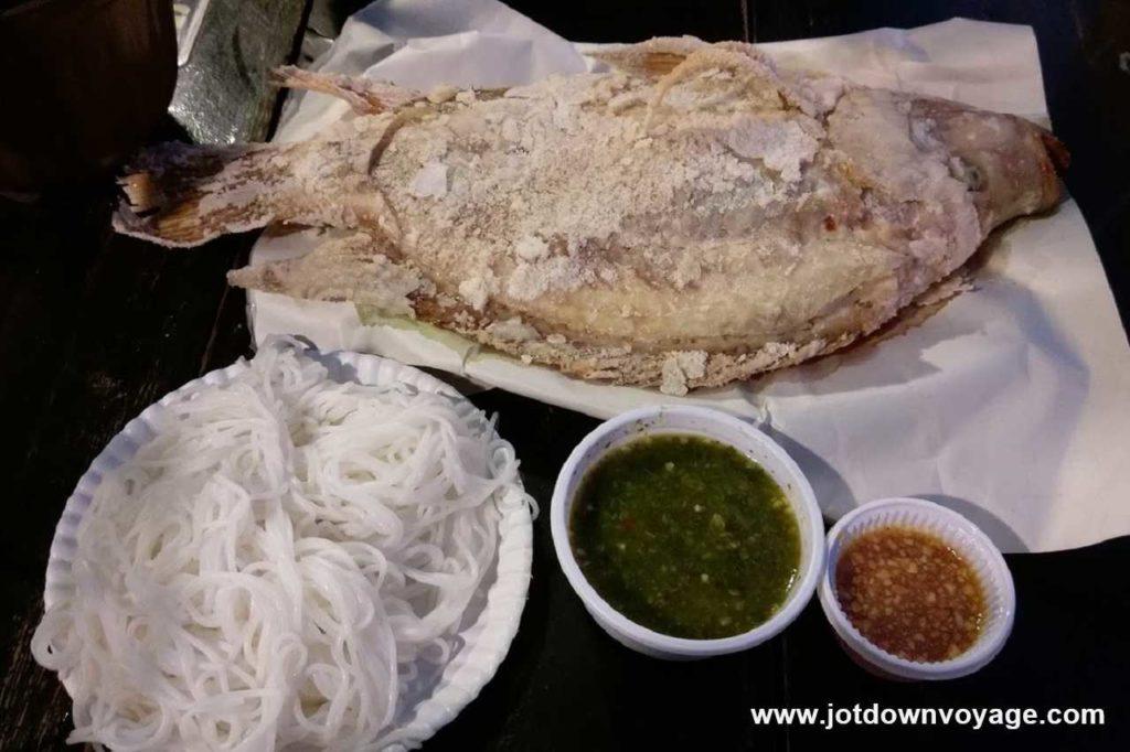 泰式街邊烤魚餐  มี่ยงปลาเผา |泰國自由行街邊小吃美食推薦