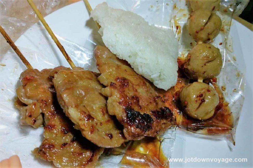烤豬肉串 + 糯米飯 ข้าวเหนียวหมูปิ้ง |泰國自由行街邊小吃美食推薦