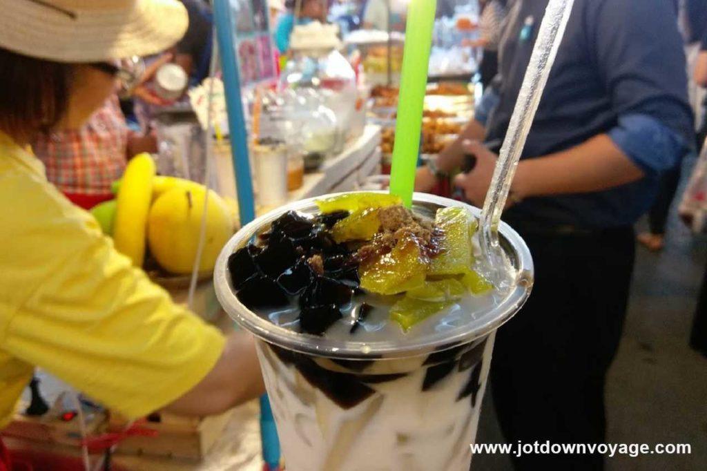 泰式仙草牛奶 เฉาก๊วยนมสด|泰國自由行街邊小吃美食推薦